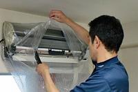 壁や床を汚さないように養生し、専用洗剤を散布し、汚れを浮かします。