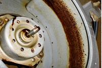 内部の油汚れにも専用洗剤を散布します。