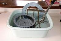 部品を専用洗剤に浸し汚れを浮かします。