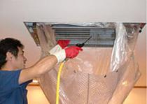 エアコン内部のカビやホコリを専門の資器材や洗剤で一掃